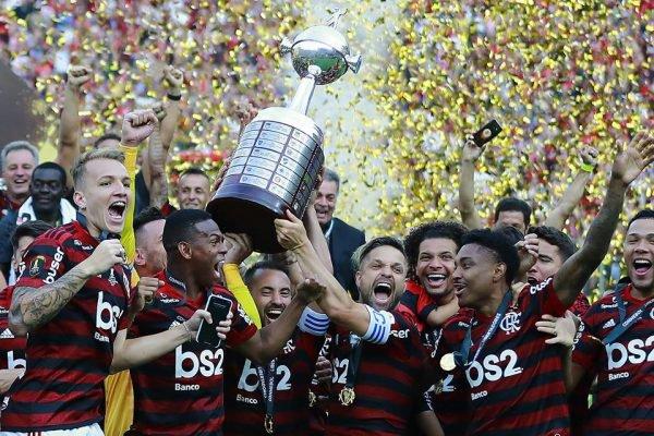 Diego, Everton Ribeiro e Diego Alves erguem a taça da Libertadores