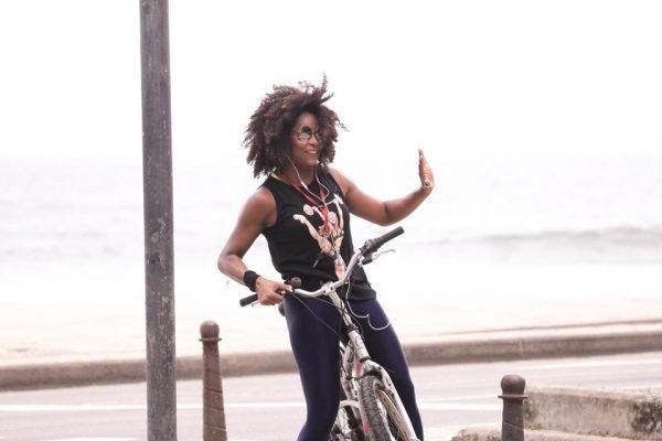 Adriana Bombom anda de bicicleta no RJ