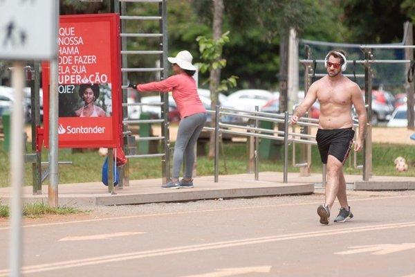 Pessoas praticam atividade física no Parque da Cidade após fechamento de academias