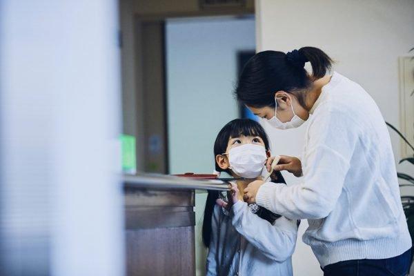 Mãe cuidando da filha resfriada