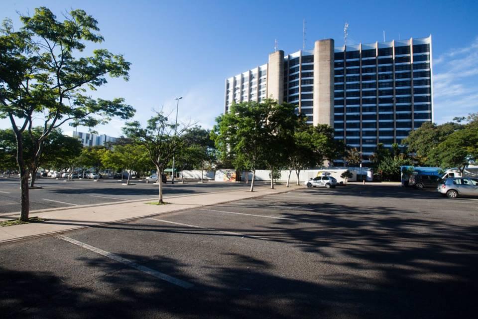 Estacionamento vazio ao lado do Palácio do Buriti