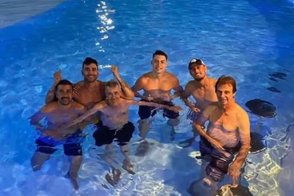 Gusttavo Lima curte piscina com Jair Renan Bolsonaro