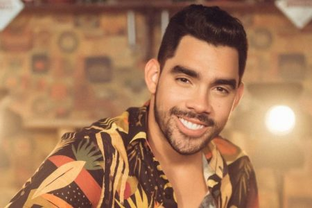 Gabriel Diniz no clipe da música Jenifer