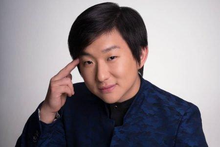 pyong-lee-posa-para-retrato-com-terno-azul