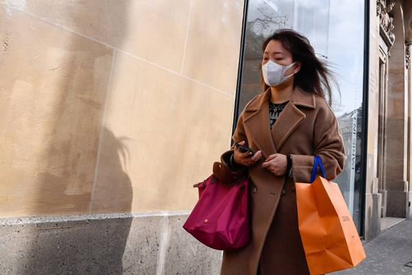 mulher de máscara com sacola de compra