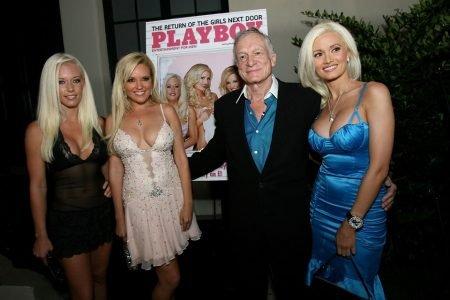 Hugh Hefner comemora lançamento de capa da Playboy ao lado de namoradas em 2006