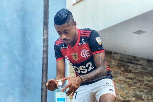 Bruno Henrique botando álcool em gel