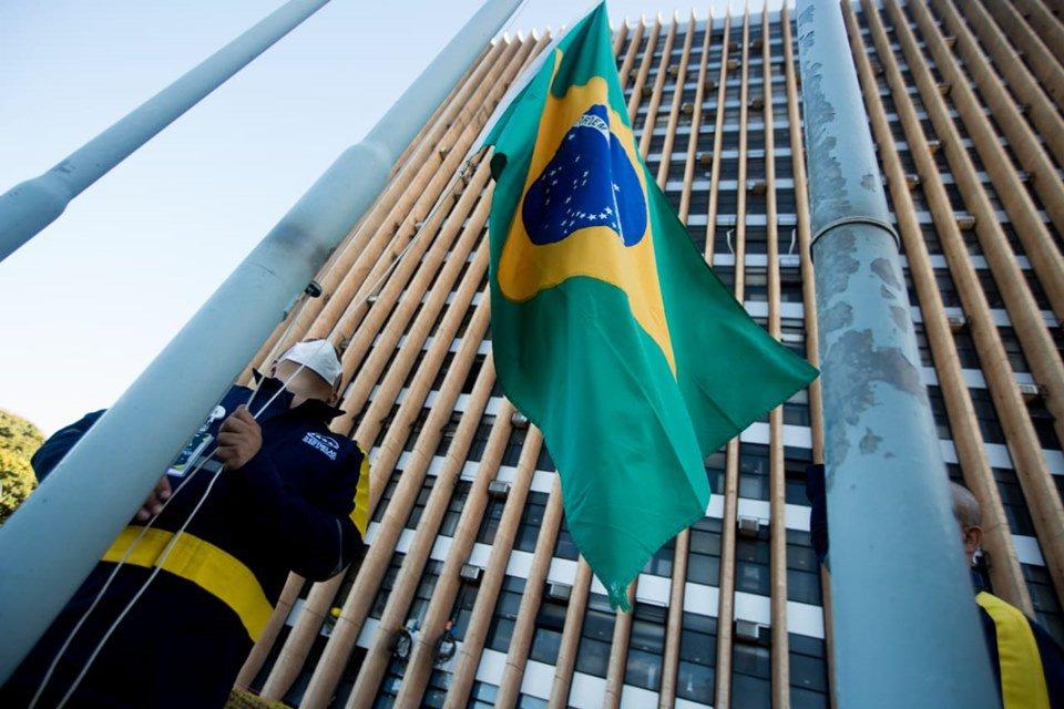 Servidor hasteia bandeira do Brasil em frente ao Anexo do Palácio do Buriti