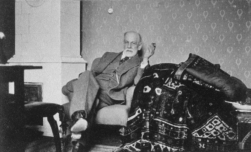 Sigmund Freud no seu consultório