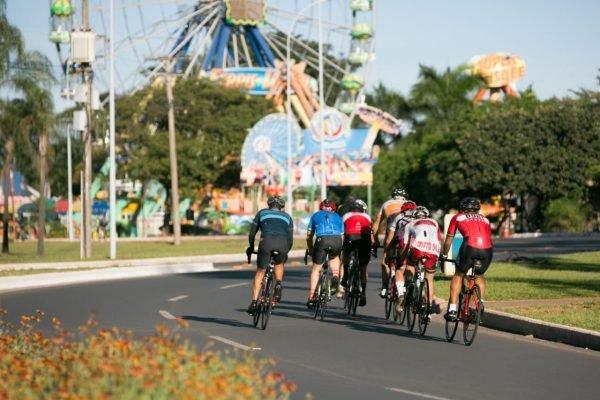 ciclistas no parque da cidade