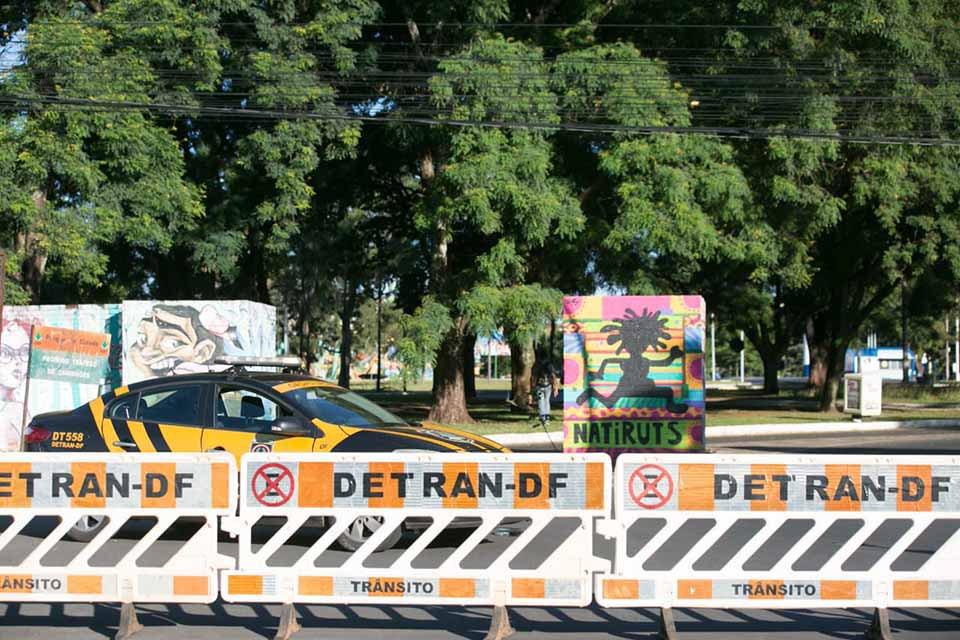 Viatura do detran fechando a entrada do parque da cidade