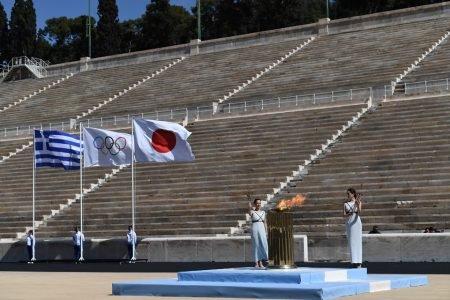 Estádio vazio na entrega da chama olímpica