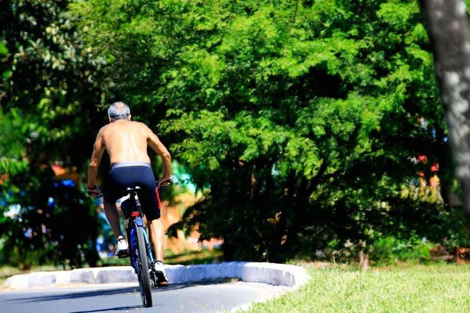 Ciclista percorre pista no Parque da Cidade, mesmo com fechamento por causa do coronavírus