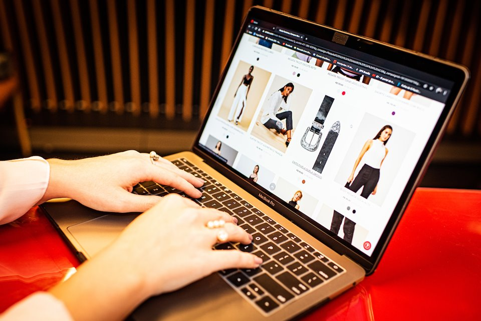 Mulher fazendo compras em loja virtual de roupas, calçados e acessórios