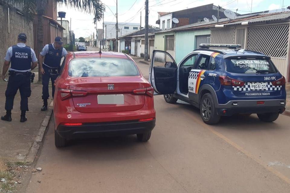 Equipe da PMDF recupera carro de motorista de aplicativo no Recanto das Emas