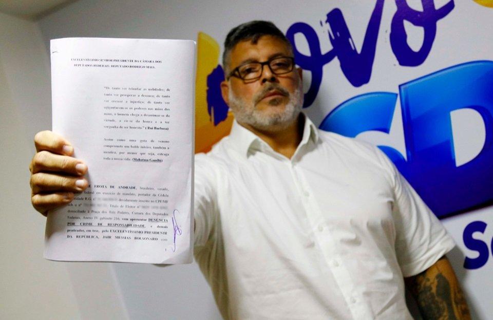 Deputado federal Alexandre Frota segura pedido de impeachment contra Bolsonaro