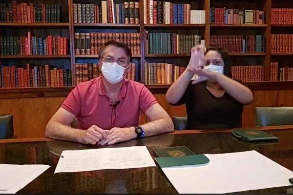 Presidente Jair Bolsonaro faz live de máscara ao lado de tradutora de libras