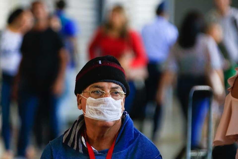 Homem anda com máscara por causa do coronavírus na Rodoviária do Plano Piloto