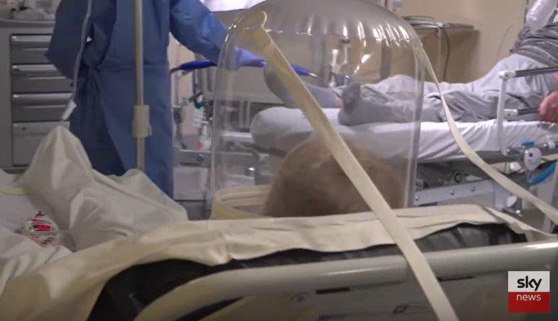 Pacientes em emergência dentro de hospital em Bergamo