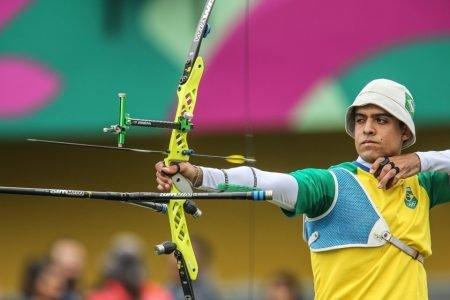 Bernardo Oliveira em competição de tiro com arco