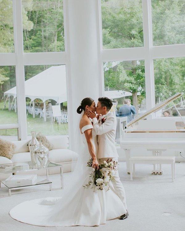 Noiva com vestido da marca Pronovias