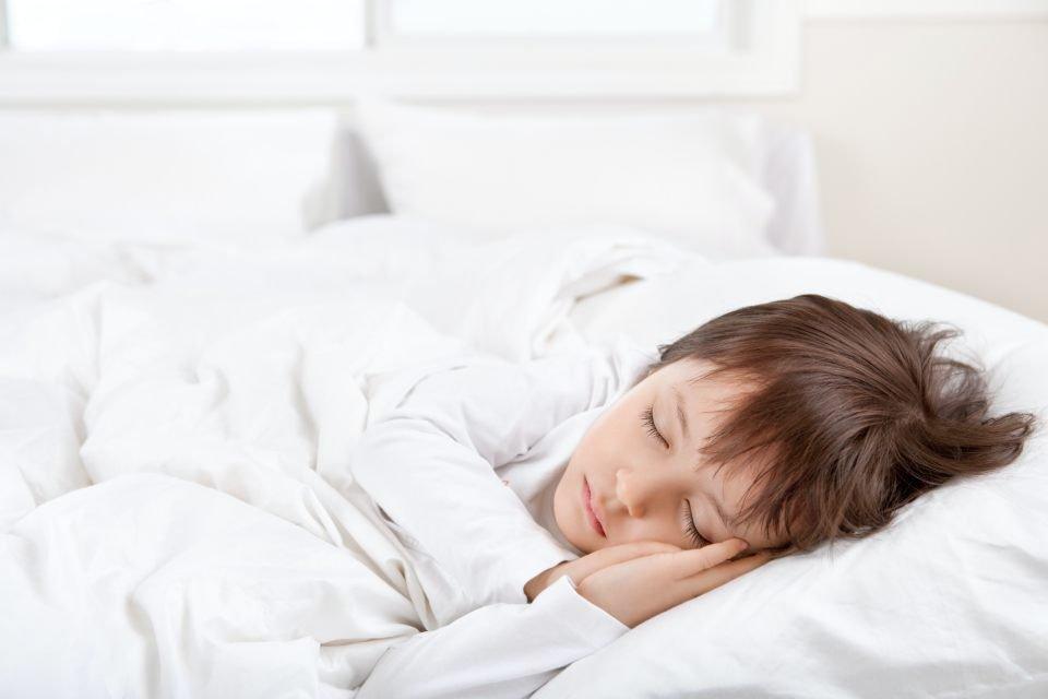 Menino dormindo na cama