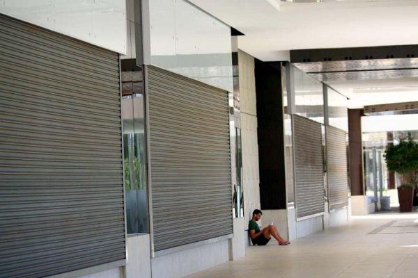 Shopping no DF com portas de lojas fechadas devido ao coronavírus