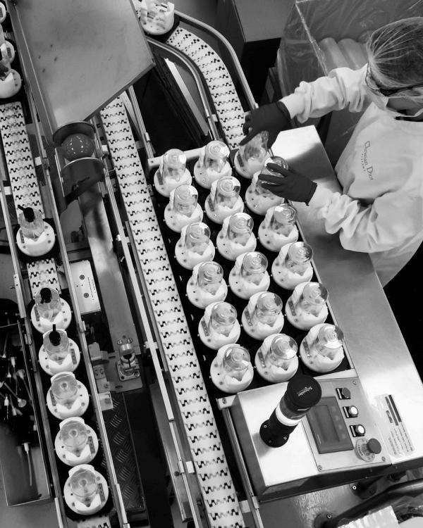 Fábrica da Dior produz álcool em gel