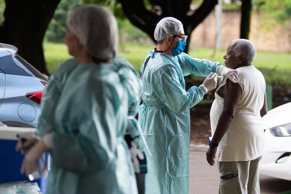 Drive-thru da vacinação na UBS de Taguatinga