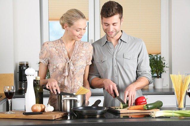 Homem e mulher cozinhando
