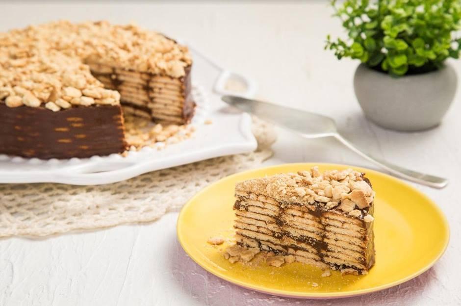fatia de torta no prato