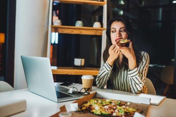 Mulher comendo em casa