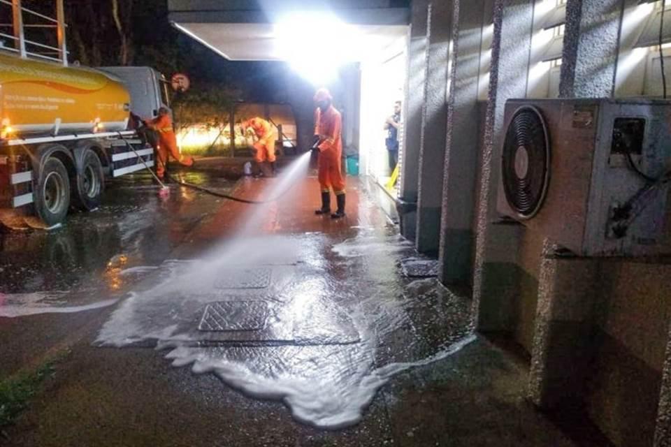 SLU faz limpeza de fachada de hospitais públicos no DF