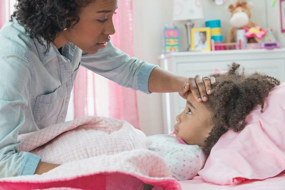 Mãe cuidando da filha
