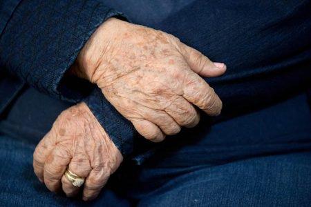 Mãos de idosas em detalhes