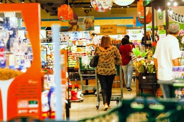 Pessoa faz compras em super mercado