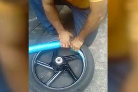 Macarrão de piscina é usado dentro de pneus de motos
