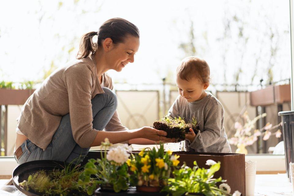 Mãe plantando uma horta com o filho