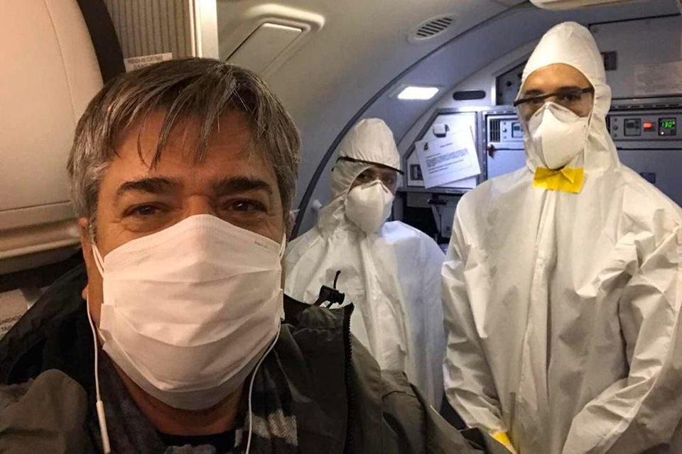 Na foto o piloto aparece com mascara