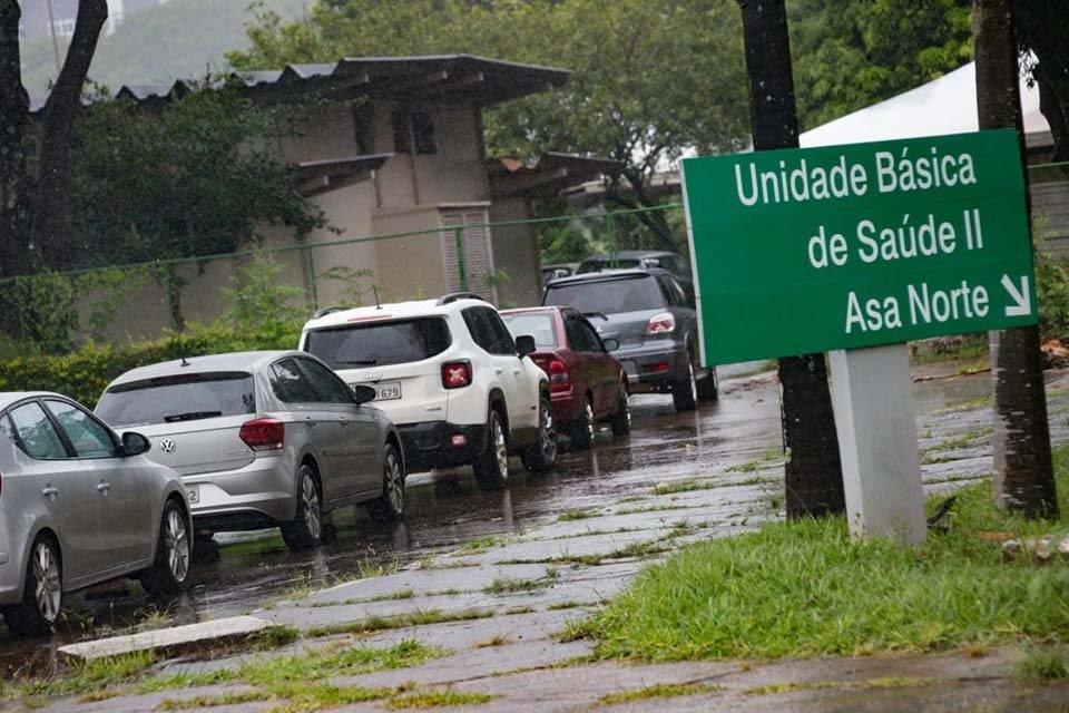 Fila de carros em frente a Unidade Básica de Saúde
