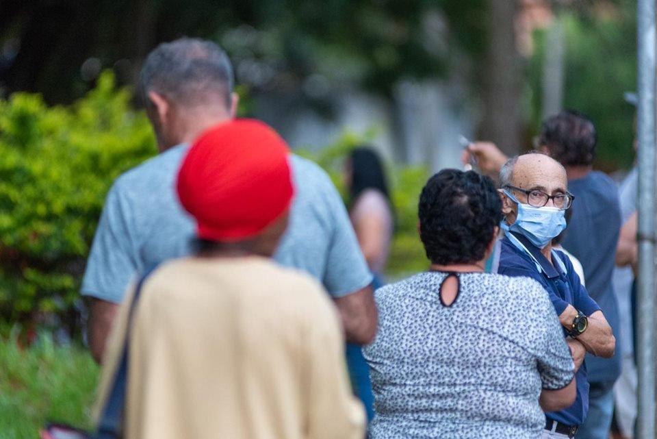 Pessoas em fila em posto de saúde do DF