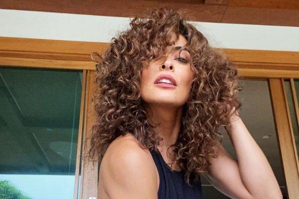 Juliana Paes com os cabelos cacheados naturais