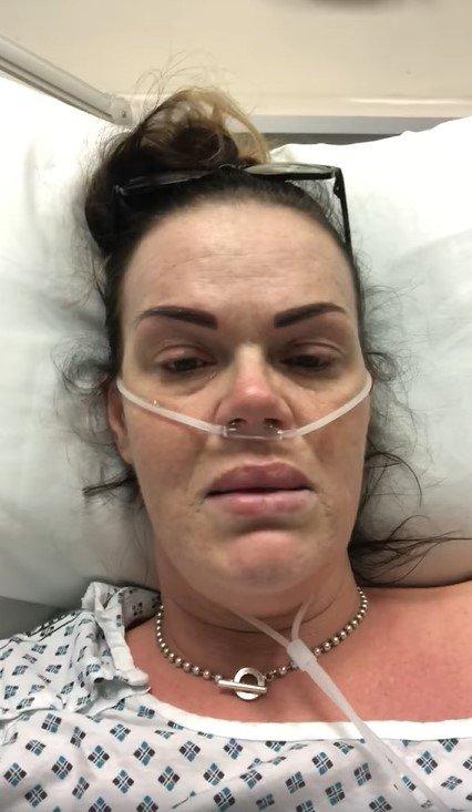 Karen Mannering em cama de hospital