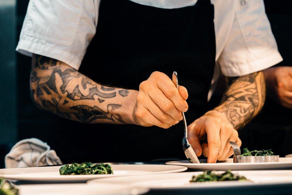 Chef montando pratos