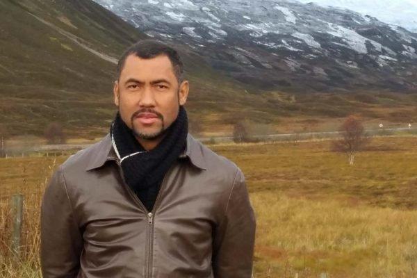 Capitão da PMDF olhando para camera e vestindo jaqueta de couro