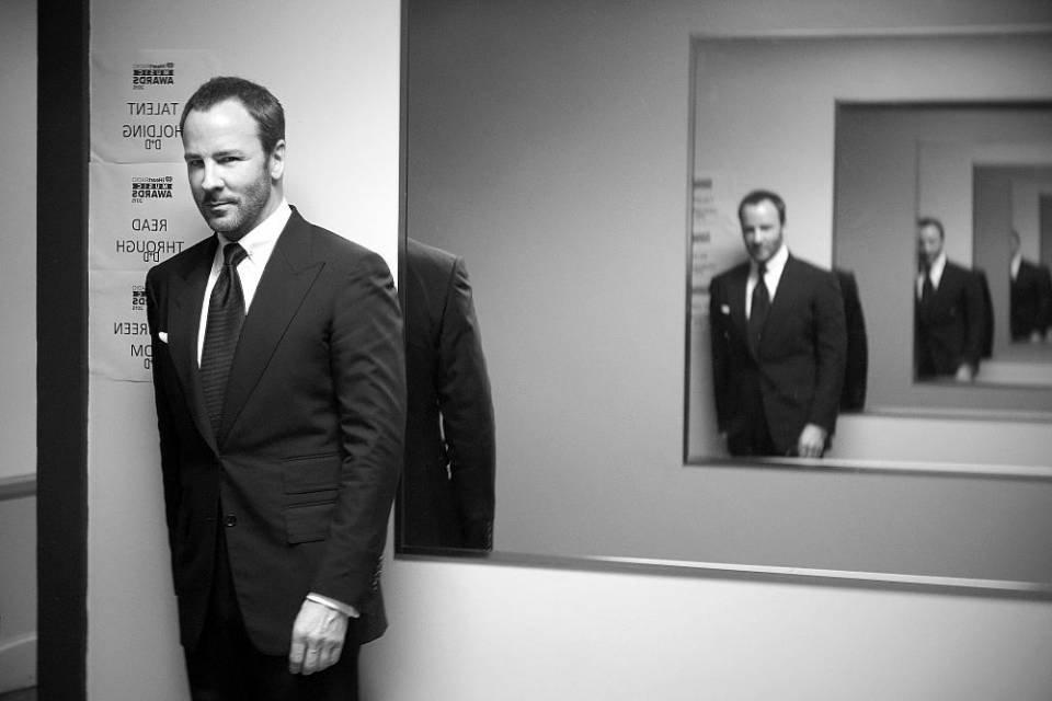 Tom Ford posa com espelho atrás