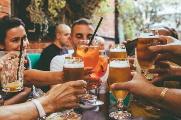Brinde com drinques e cerveja