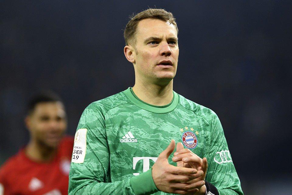Manuel Neuer batendo palmas jogo Bayern de Munique