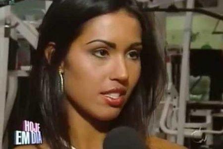 Gracyanne dando entrevista com 20 anos