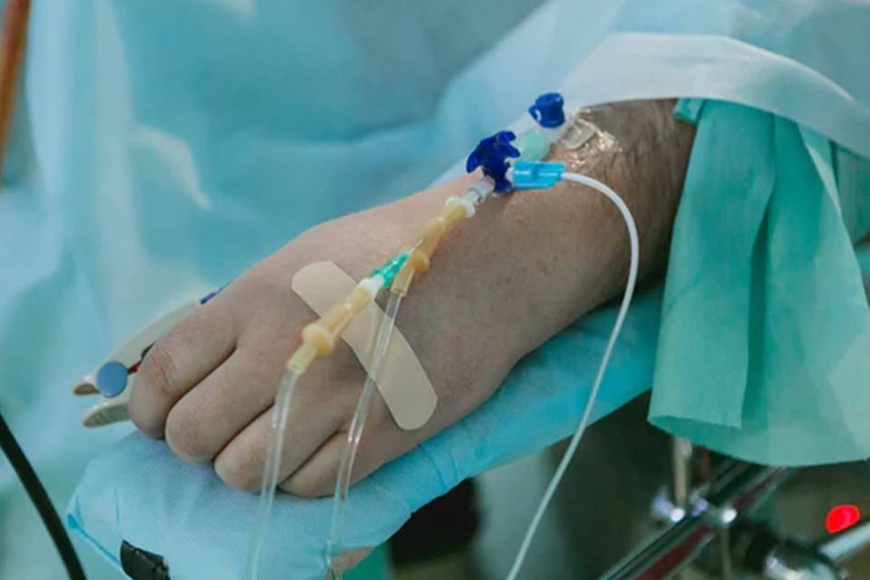 Mão de paciente em hospital